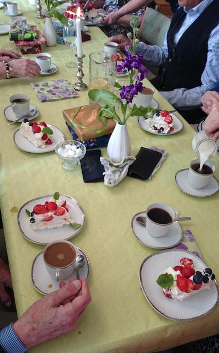 foto på ett dukat bord från onsdagsgruppens vårfest 2015